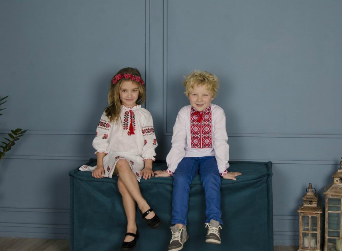 Біла вишита сукня для дівчинки з червоними вишитими квітами. Фото №3. | Народний дім Україна