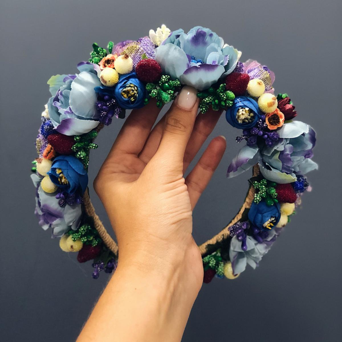 Веночек с голубыми, белыми и сиреневыми цветами