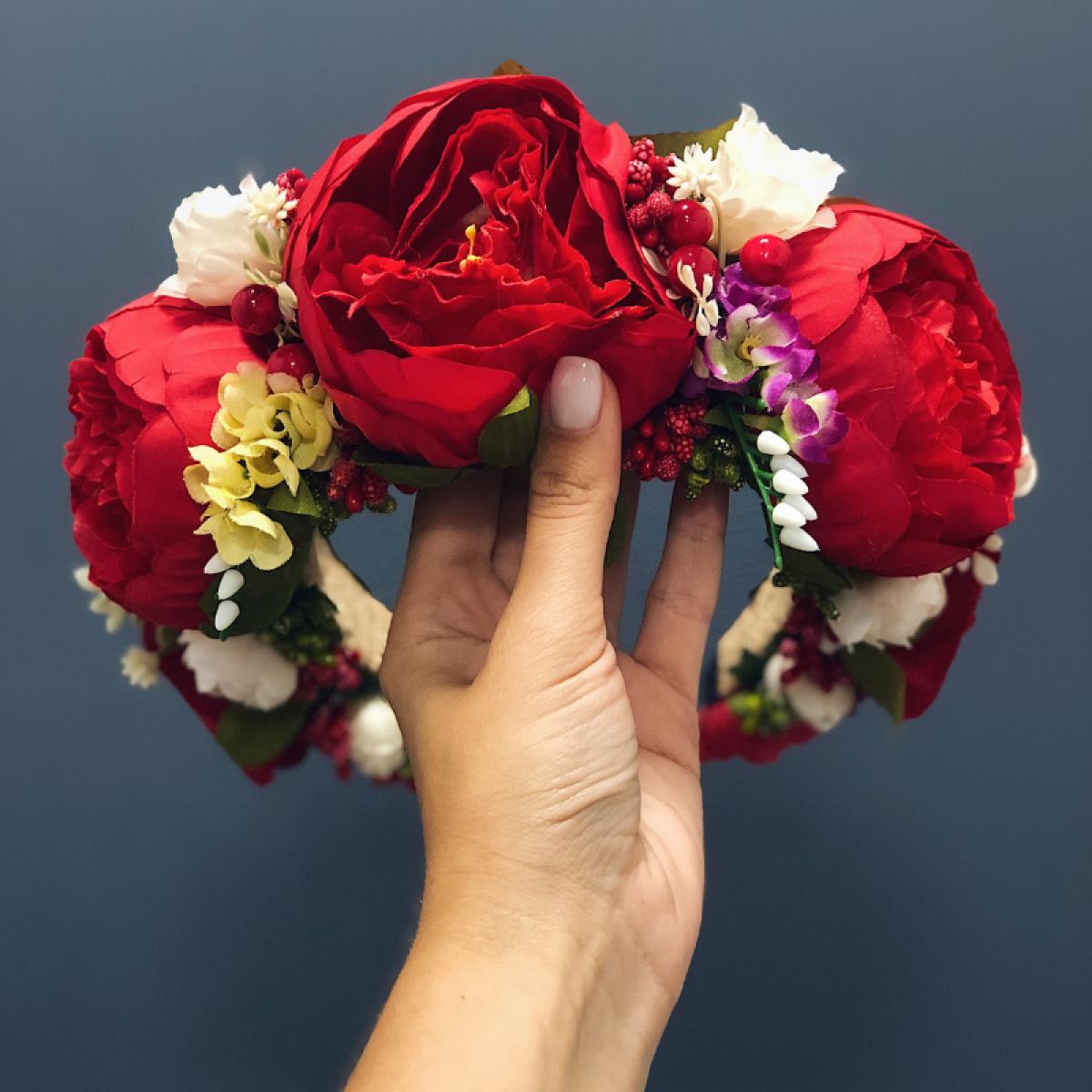 Віночок з пишними червоними квітами. Фото №1. | Народний дім Україна