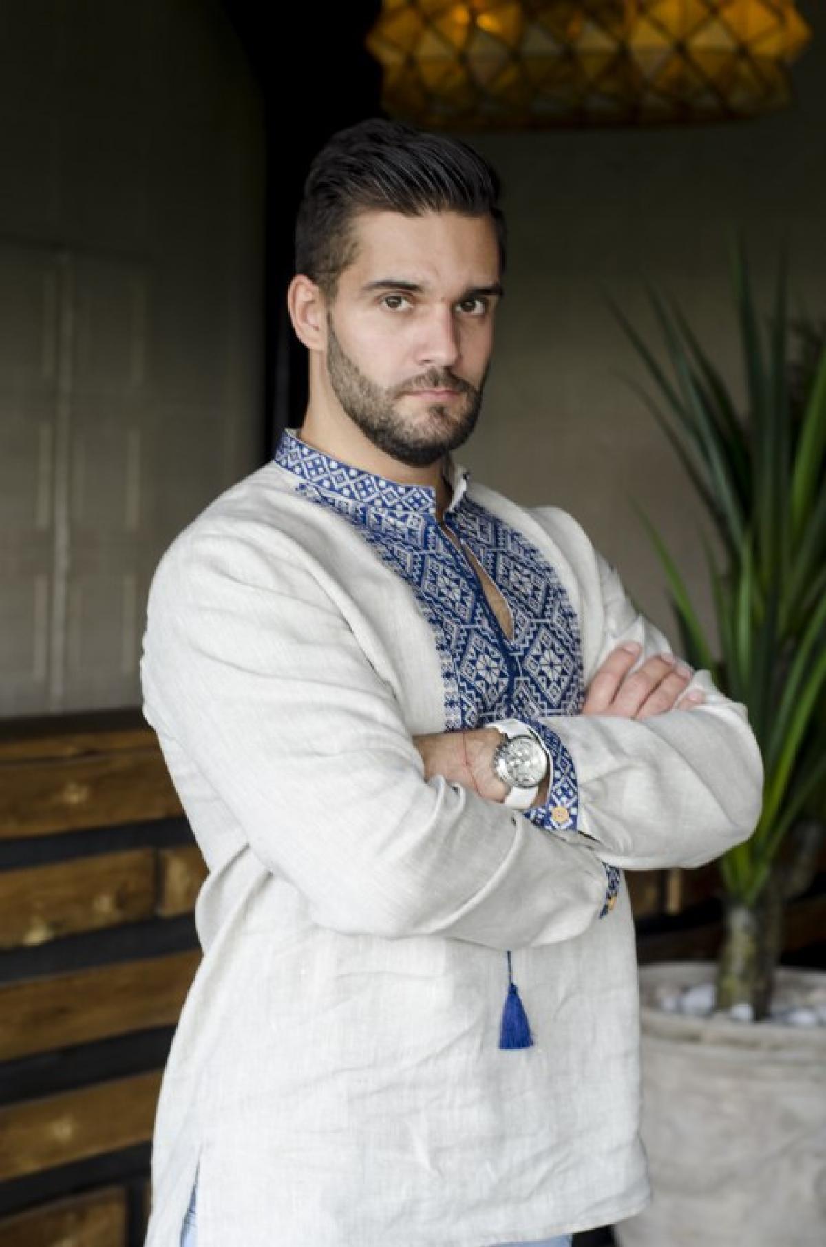 Льняное натуральная мужская вышиванка с синей вышивкой. Фото №1. | Народный дом Украина