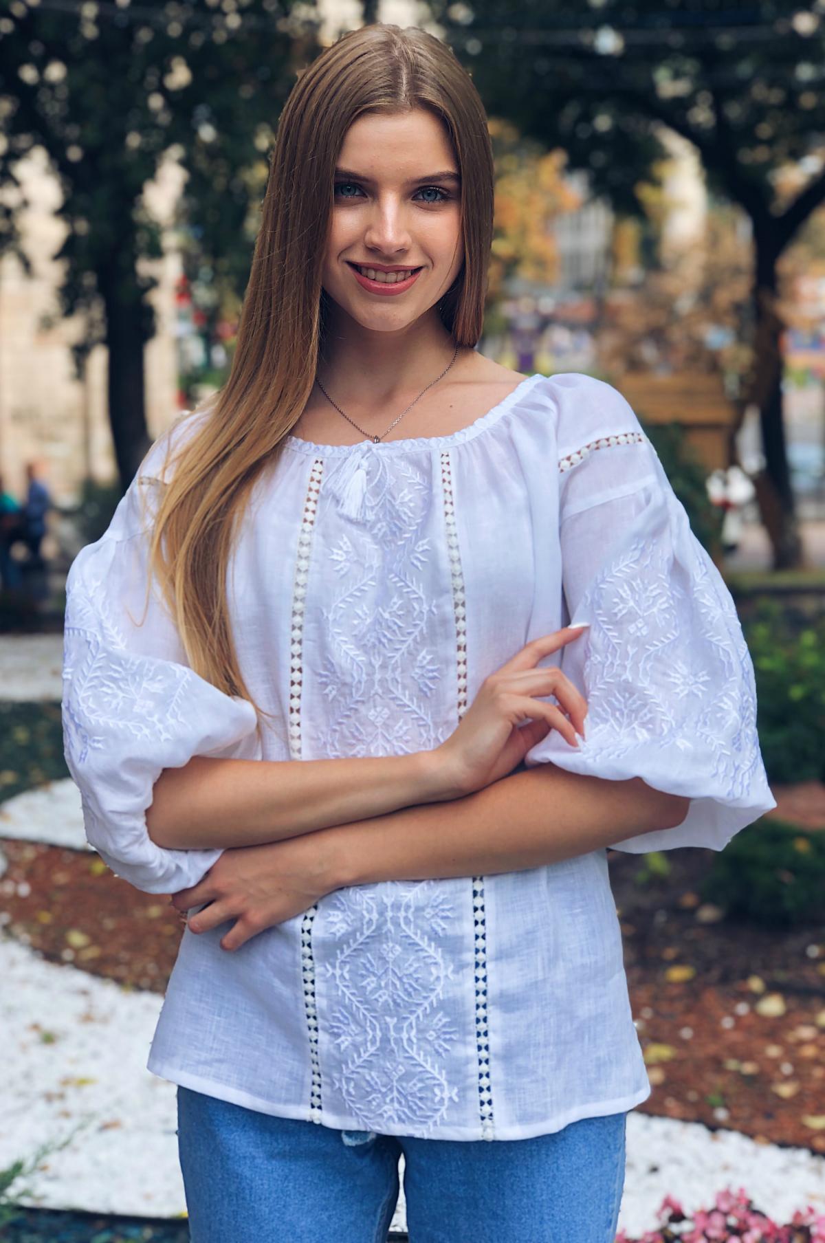 Біла жіноча вишита сорочка з білою вишивкою та рукавом 3/4. Фото №1. | Народний дім Україна