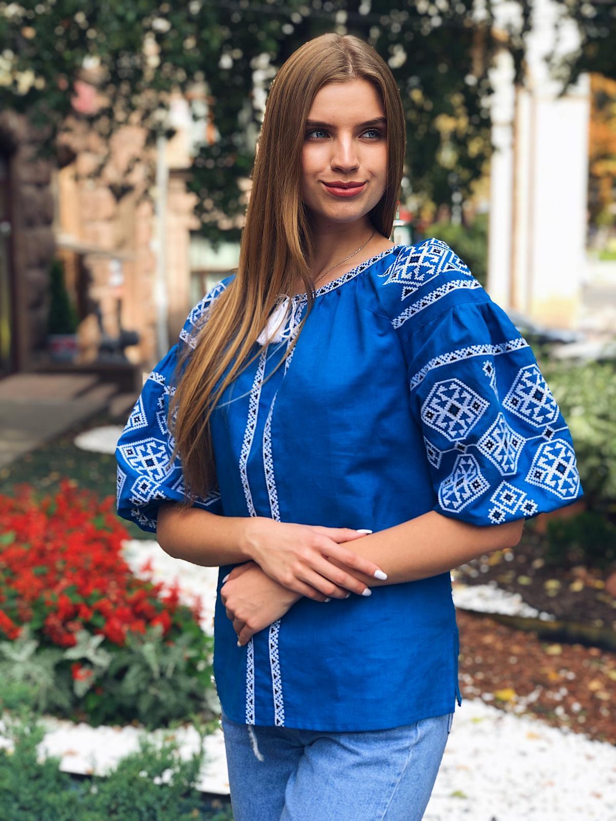Яскрава світло-синя жіноча вишиванка з рукавом 3/4. Фото №2. | Народний дім Україна