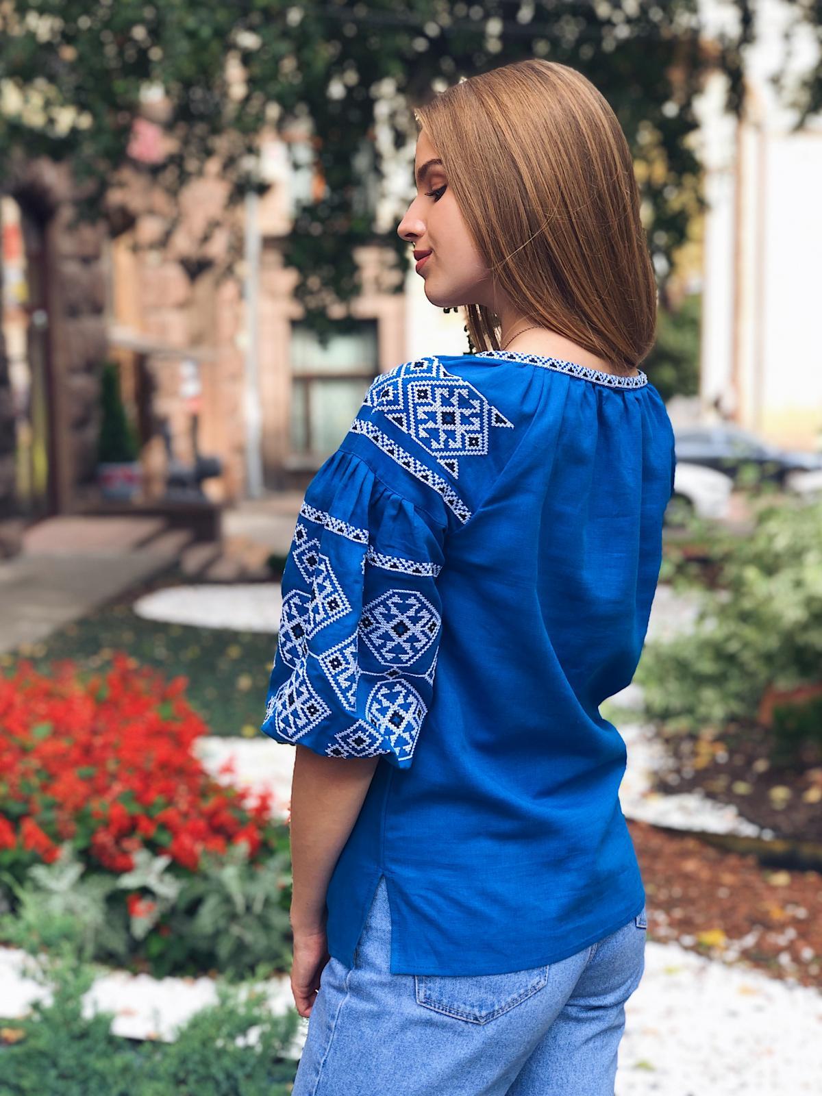 Яскрава світло-синя жіноча вишиванка з рукавом 3/4. Фото №4. | Народний дім Україна