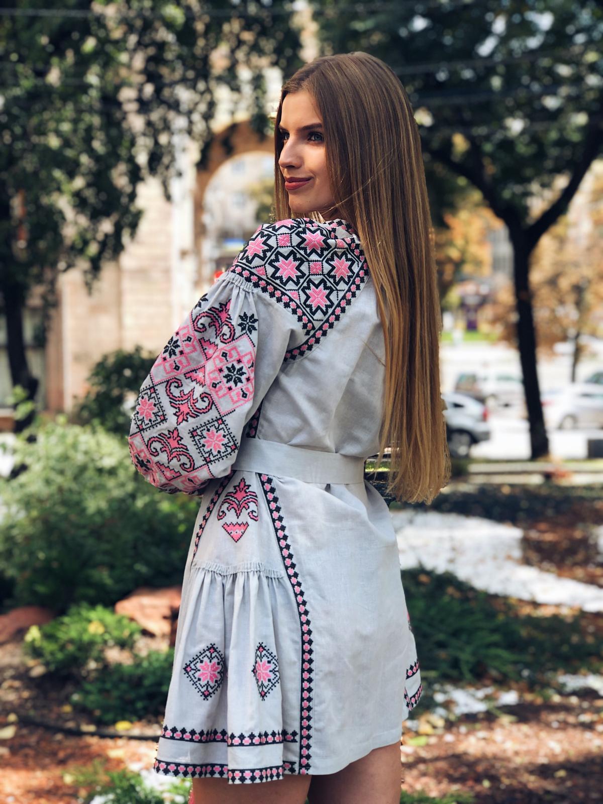 Льняное вышитое платье серого цвета с яркой вышивкой. Фото №2. | Народный дом Украина