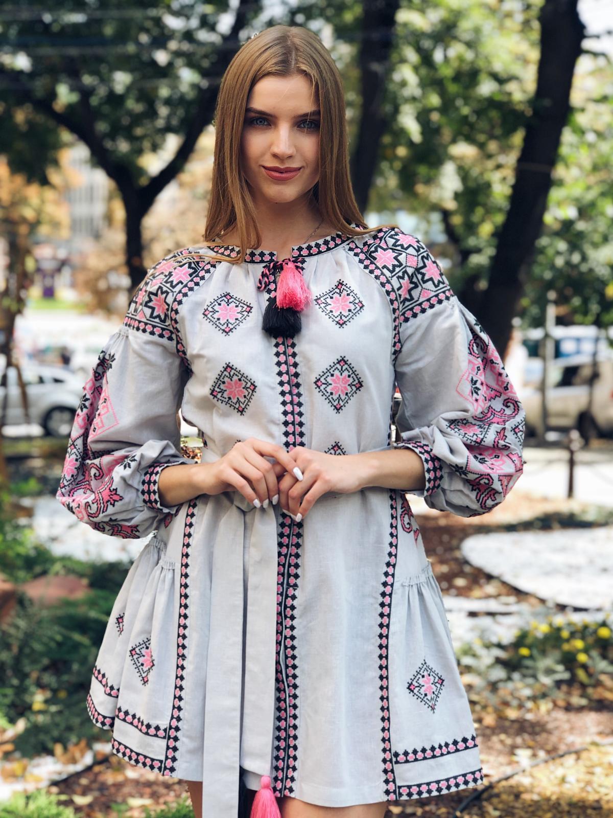 Льняное вышитое платье серого цвета с яркой вышивкой. Фото №3. | Народный дом Украина