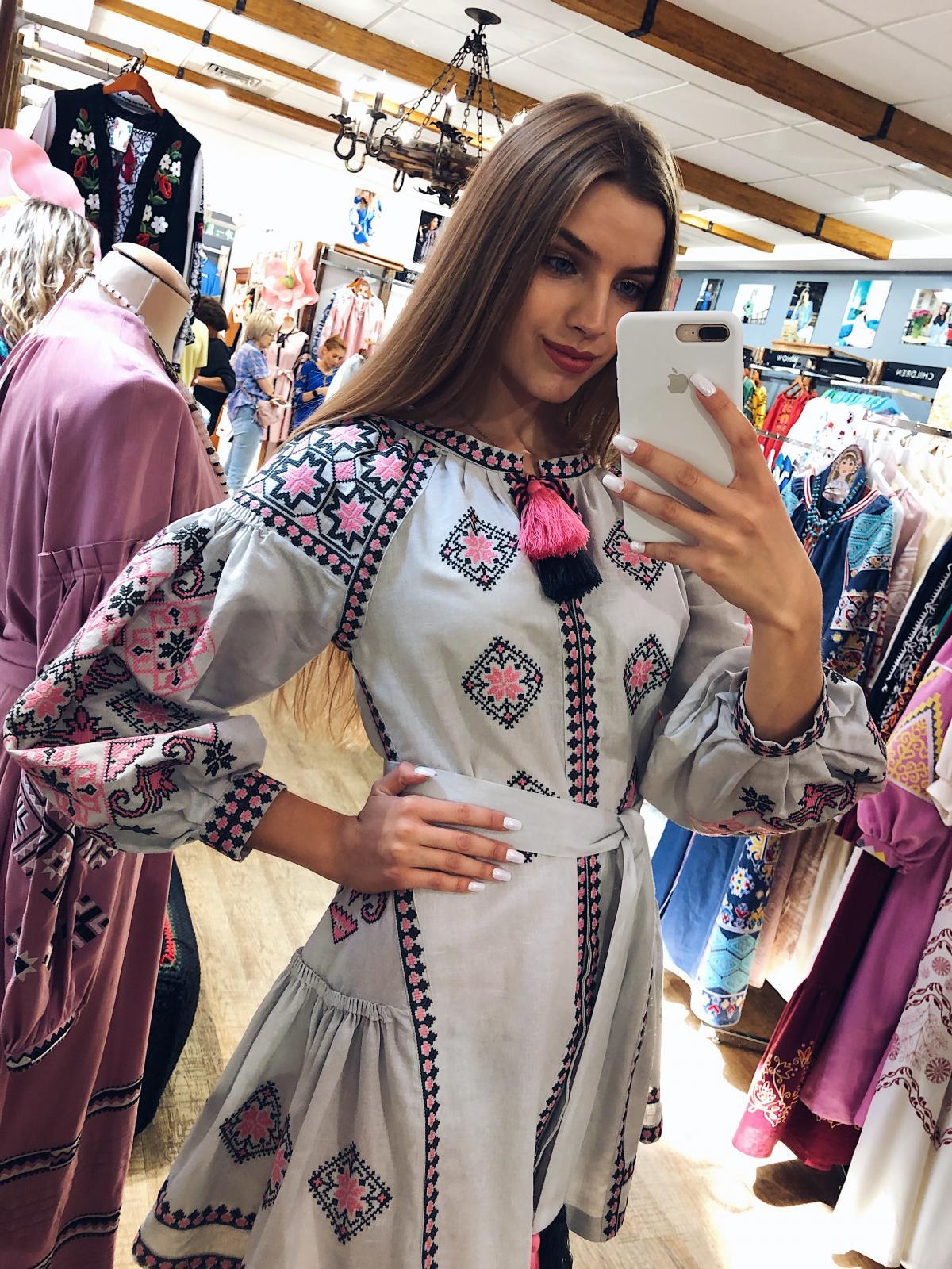 Льняное вышитое платье серого цвета с яркой вышивкой. Фото №4. | Народный дом Украина