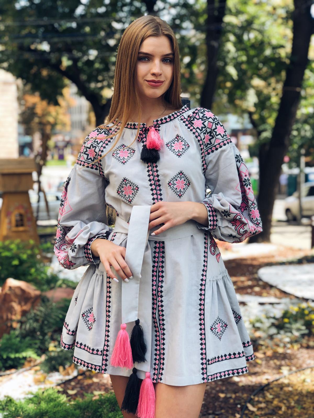 Льняное вышитое платье серого цвета с яркой вышивкой. Фото №5. | Народный дом Украина