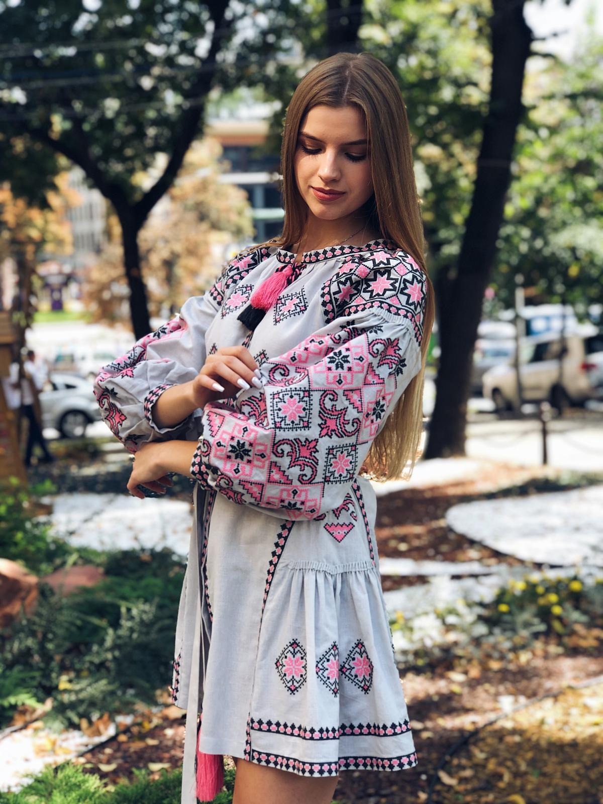 Льняное вышитое платье серого цвета с яркой вышивкой. Фото №6. | Народный дом Украина