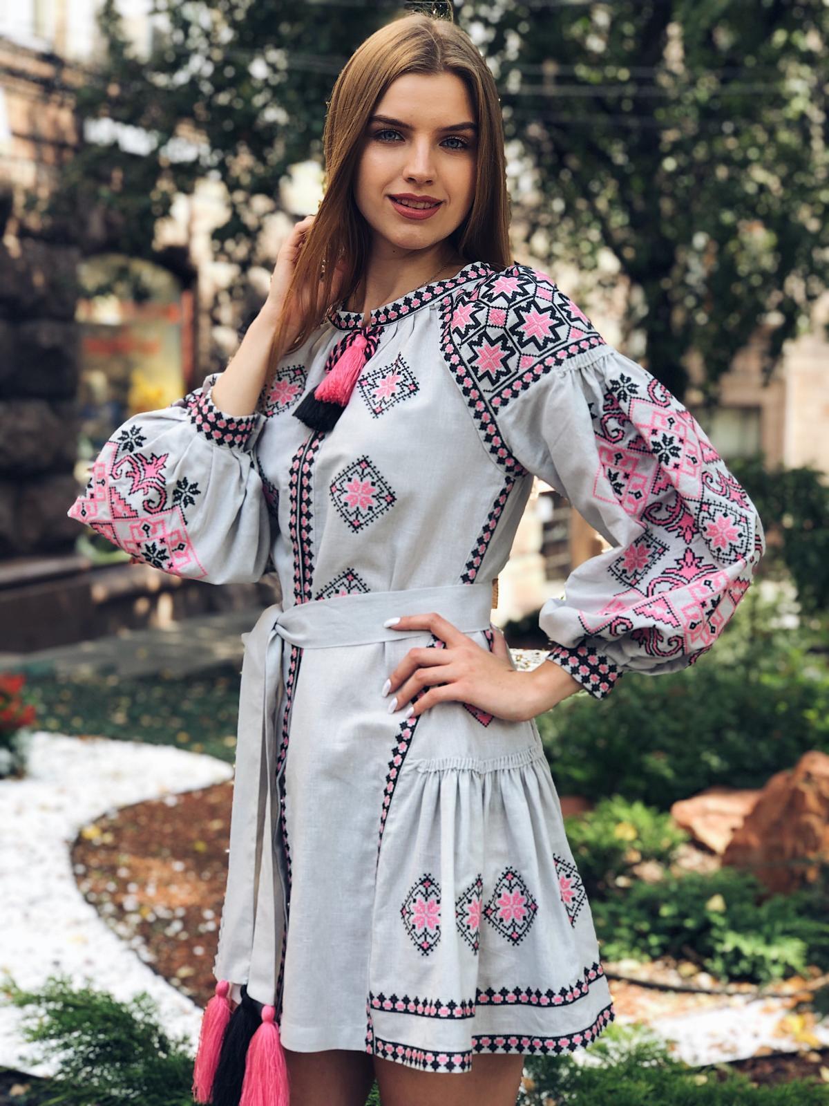 Льняное вышитое платье серого цвета с яркой вышивкой. Фото №7. | Народный дом Украина