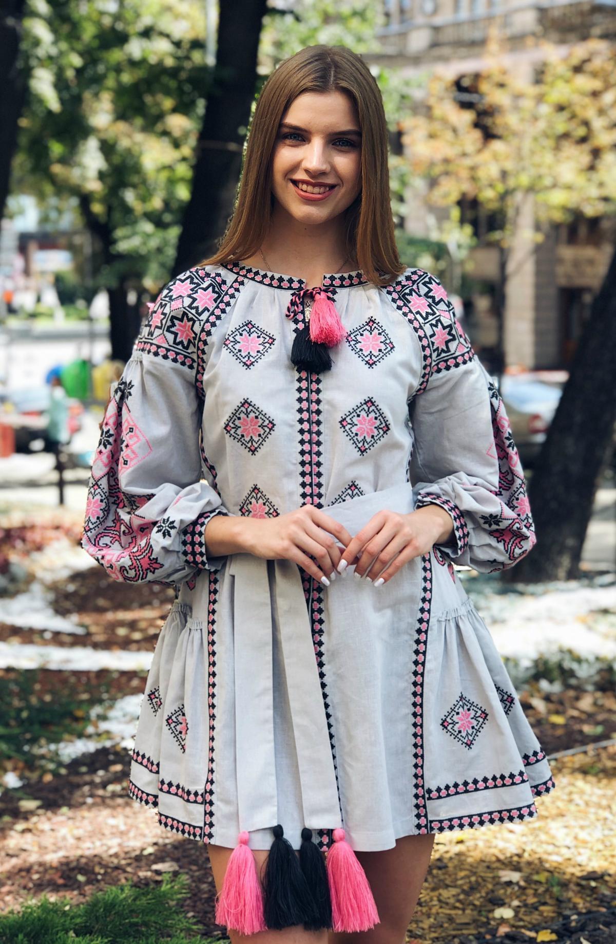 Льняное вышитое платье серого цвета с яркой вышивкой. Фото №1. | Народный дом Украина