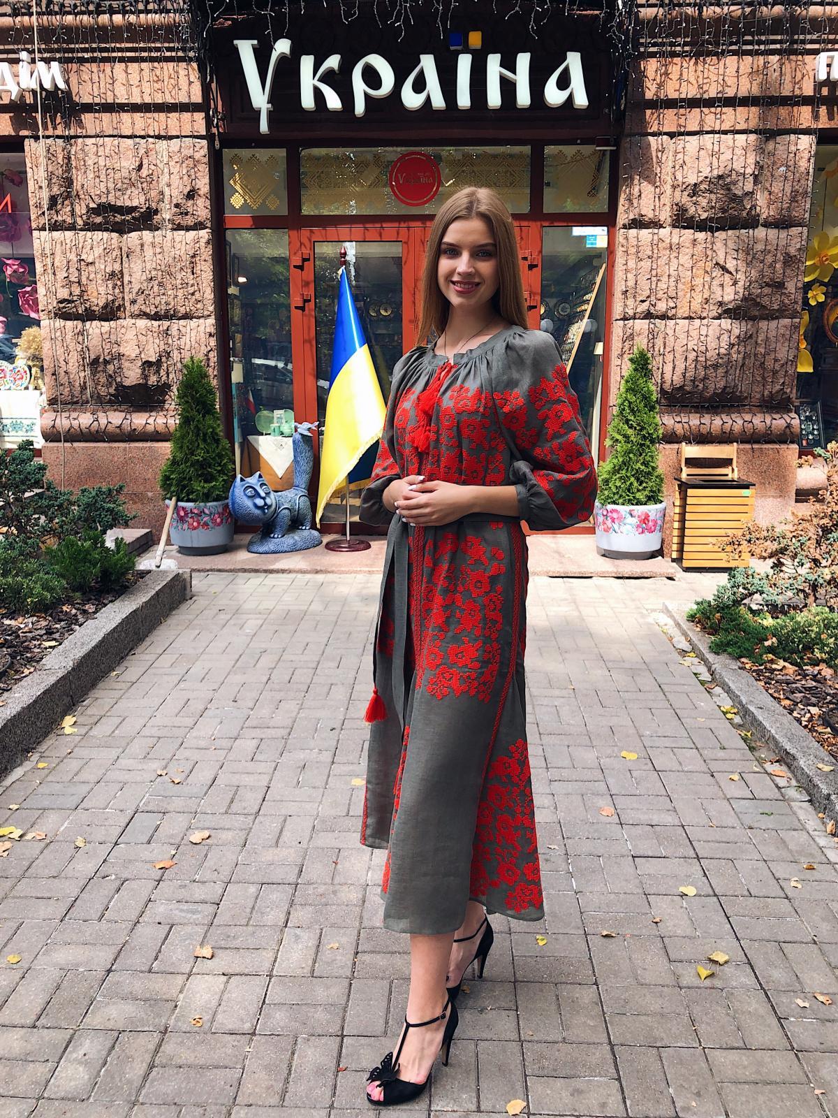 Вишита сукня хакі з яскравою червоною вишивкою. Фото №2. | Народний дім Україна