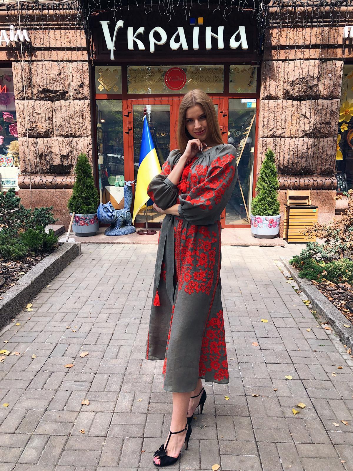Вишита сукня хакі з яскравою червоною вишивкою. Фото №3. | Народний дім Україна