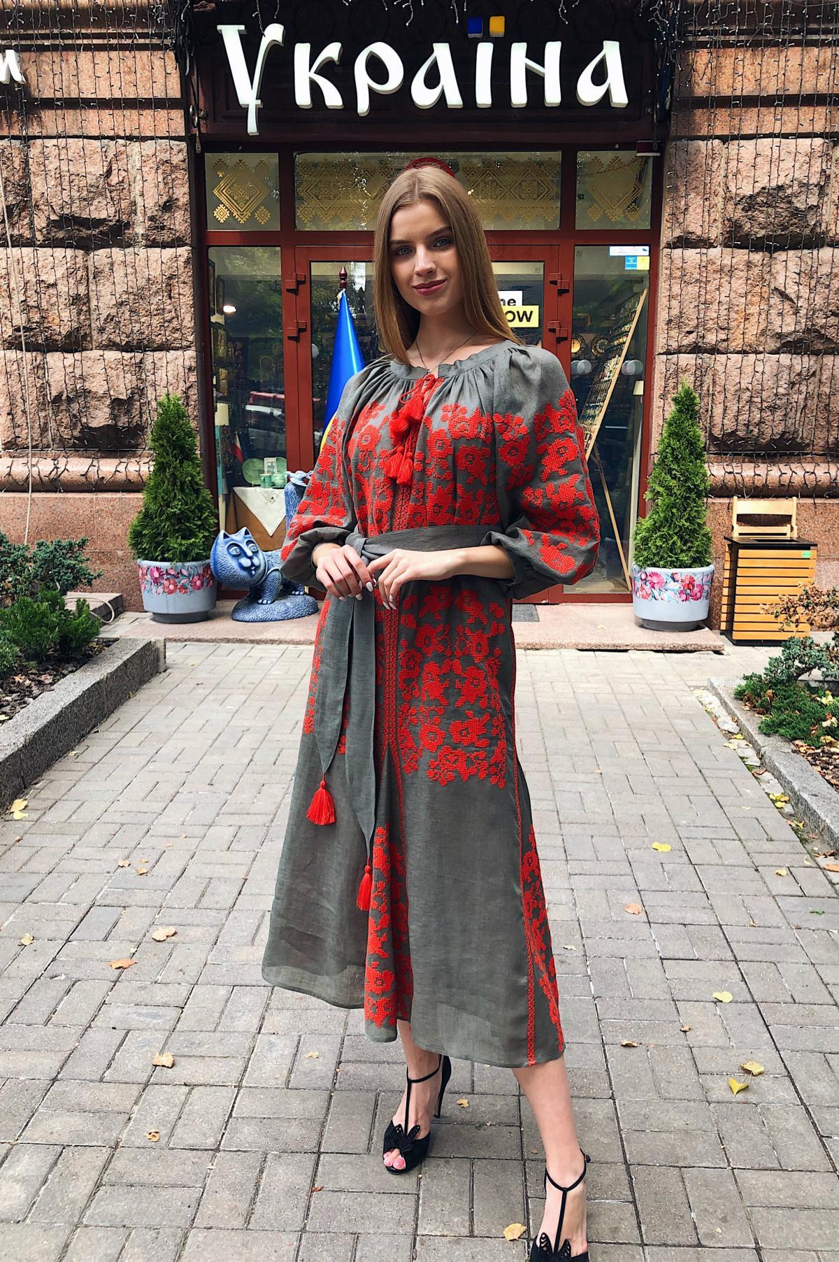 Вишита сукня хакі з яскравою червоною вишивкою. Фото №1. | Народний дім Україна