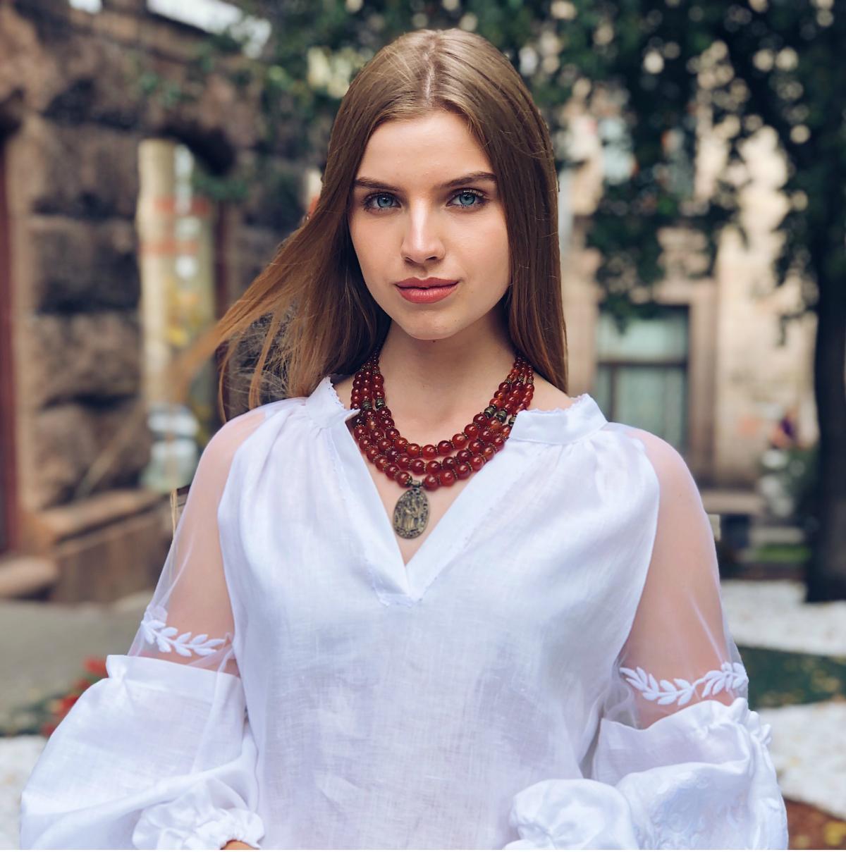 Ожерелье из сердолика и иконкой Почаевской Богородицы, 3 ряда. Фото №1. | Народный дом Украина