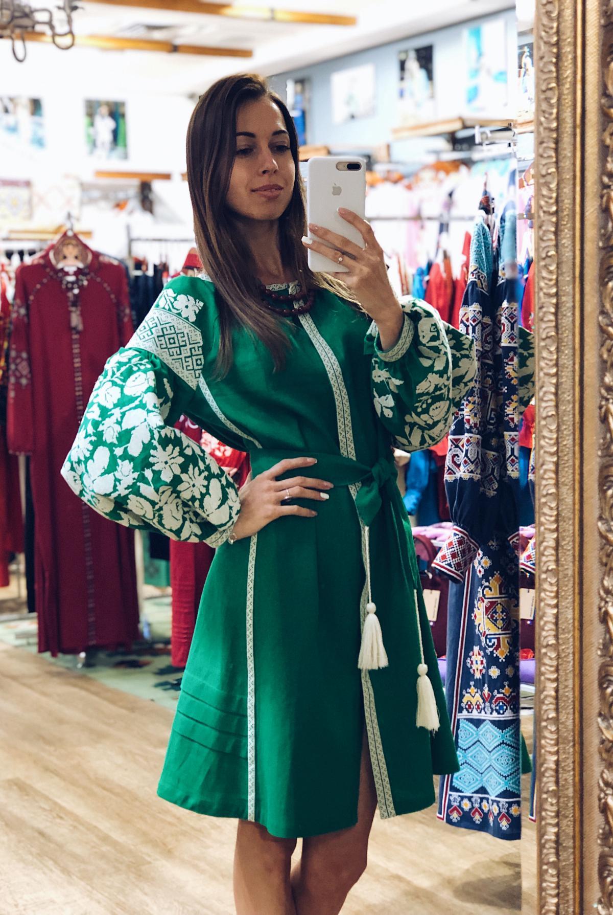 Сукня вишита білим на зеленому льоні. Фото №1. | Народний дім Україна