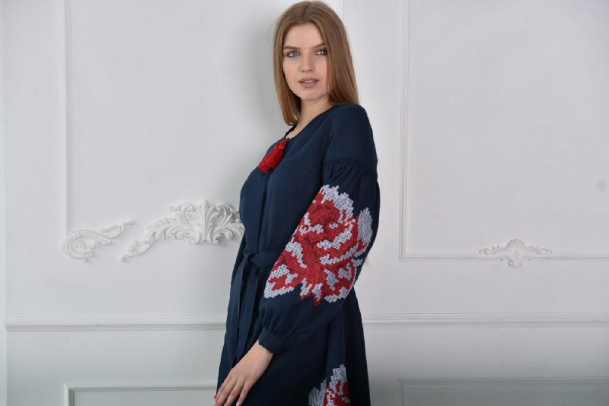 Embroidered dress in dark blue color with red flowers. Photo №2. | Narodnyi dim Ukraine