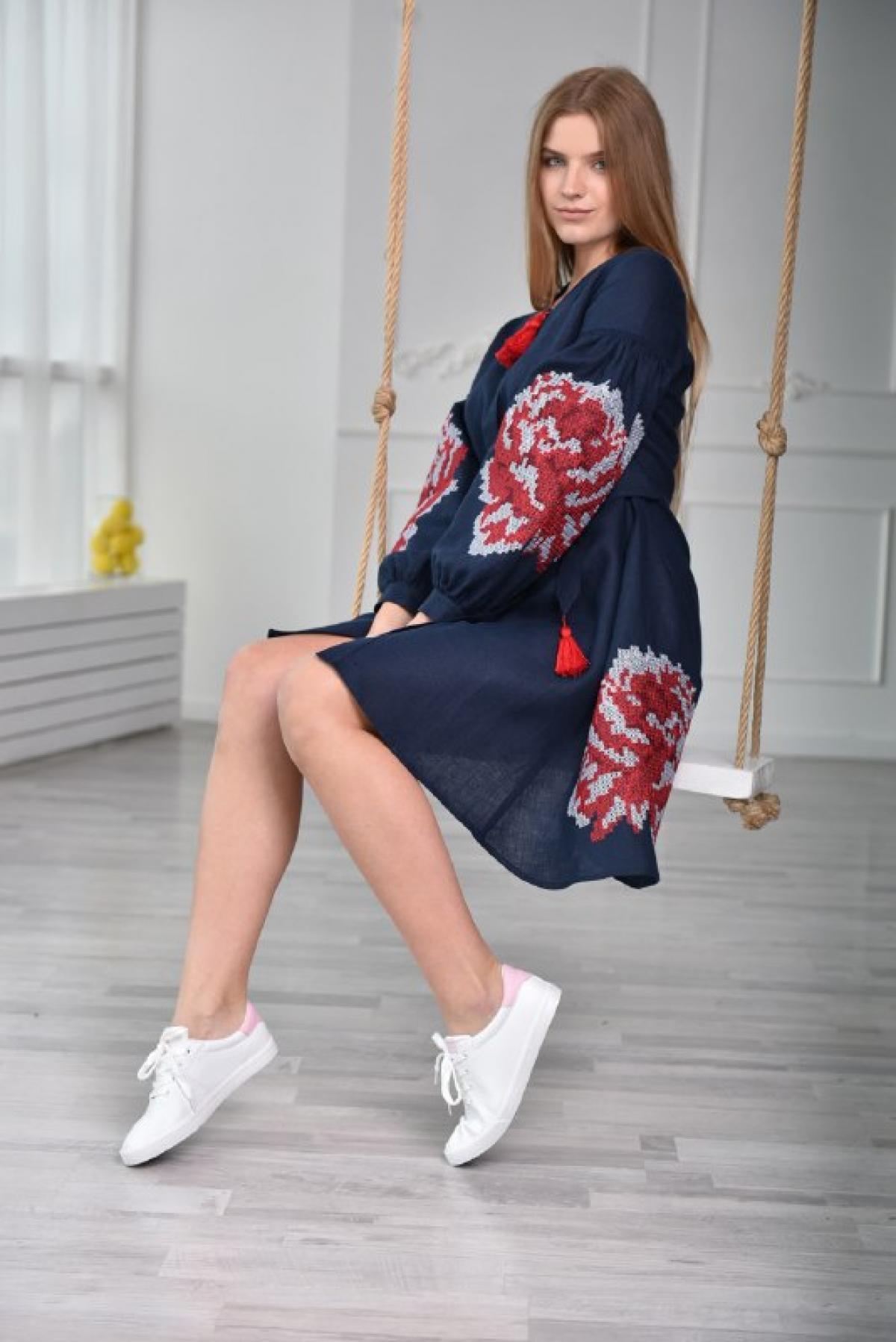 Вышитое платье темно-синего цвета с красными цветами. Фото №1. | Народный дом Украина