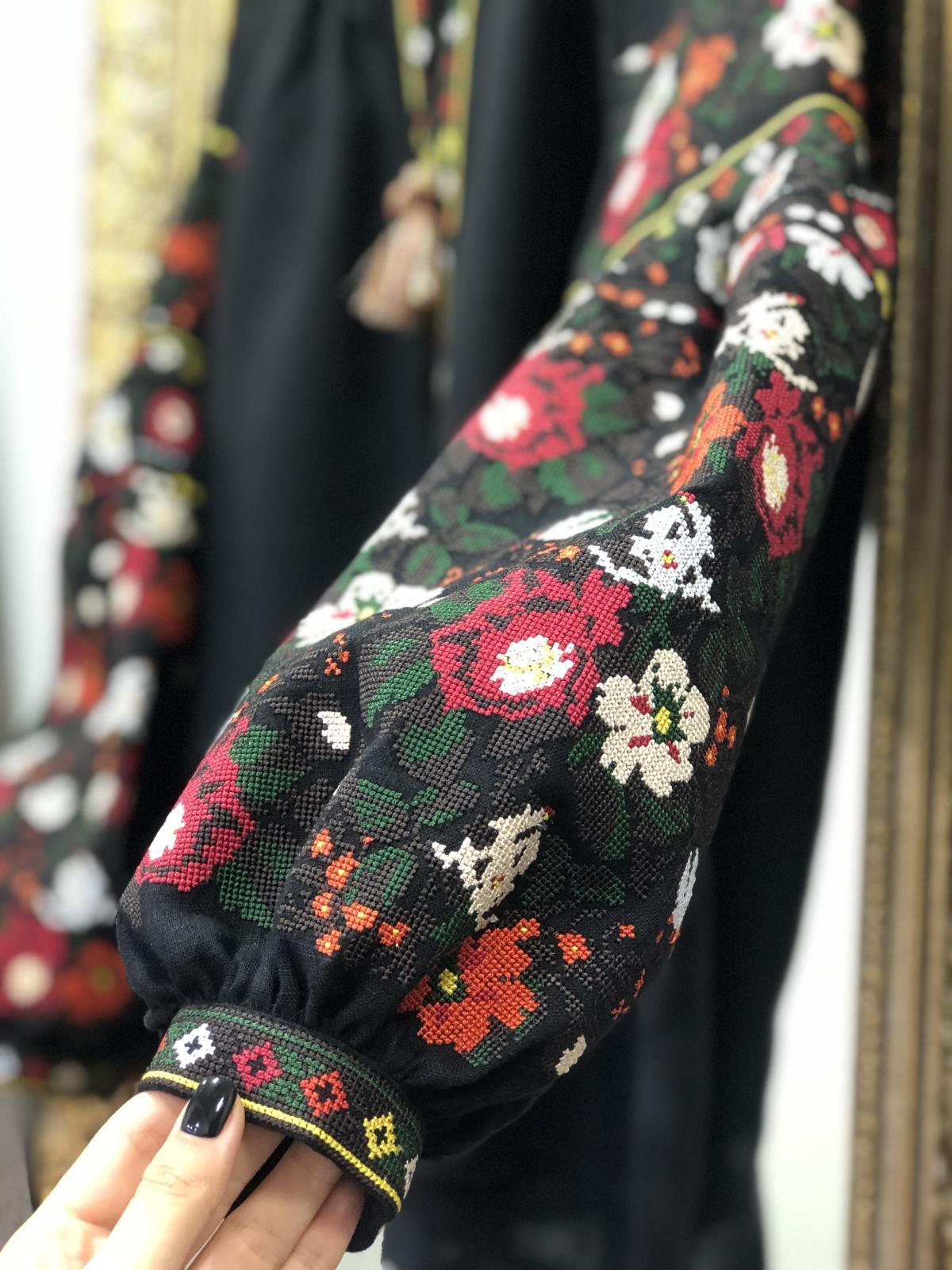 Дизайнерська вишиванка на чорному льоні з квітковим візерунком. Фото №2. | Народний дім Україна