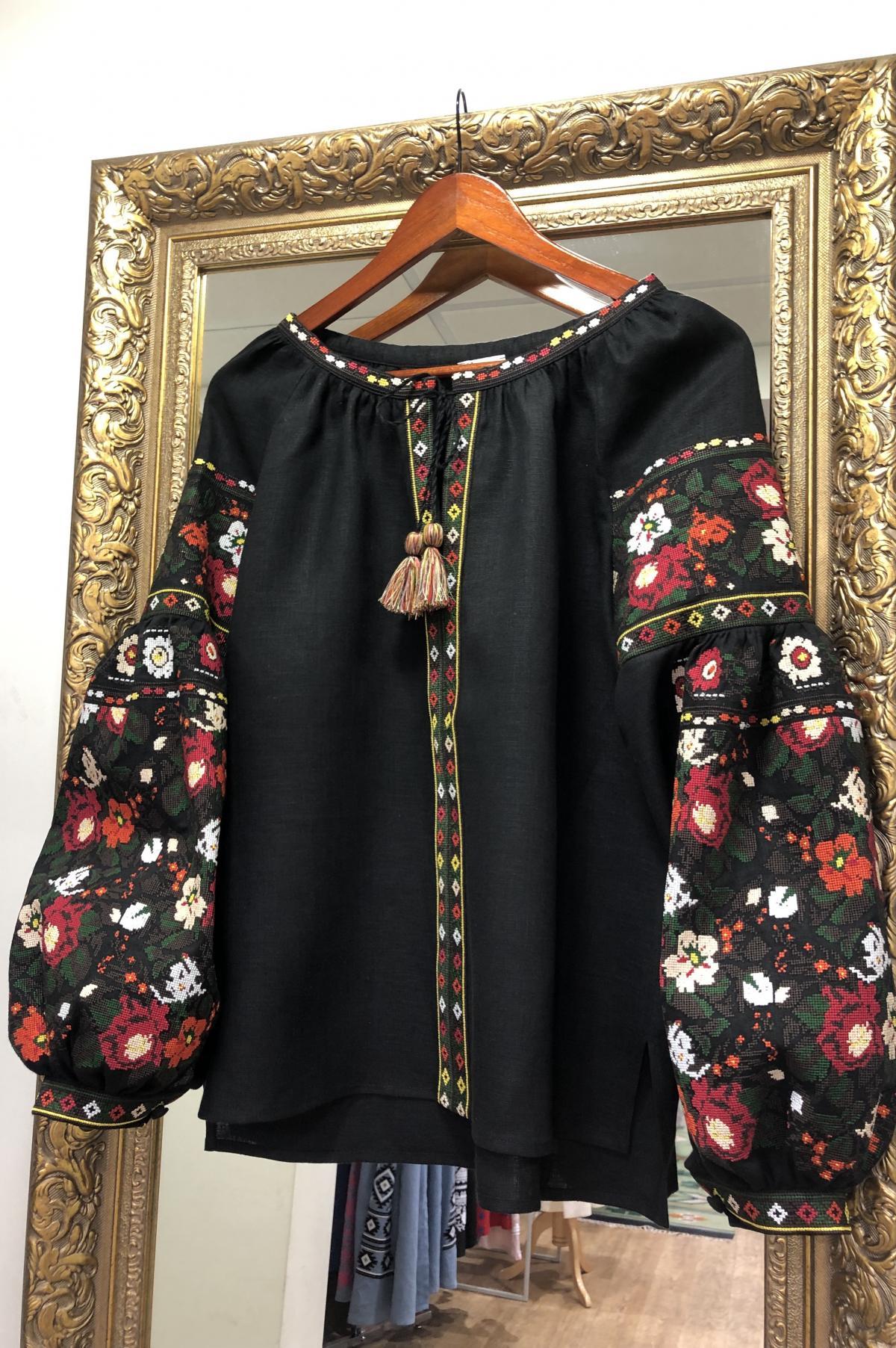 Дизайнерська вишиванка на чорному льоні з квітковим візерунком. Фото №1. | Народний дім Україна