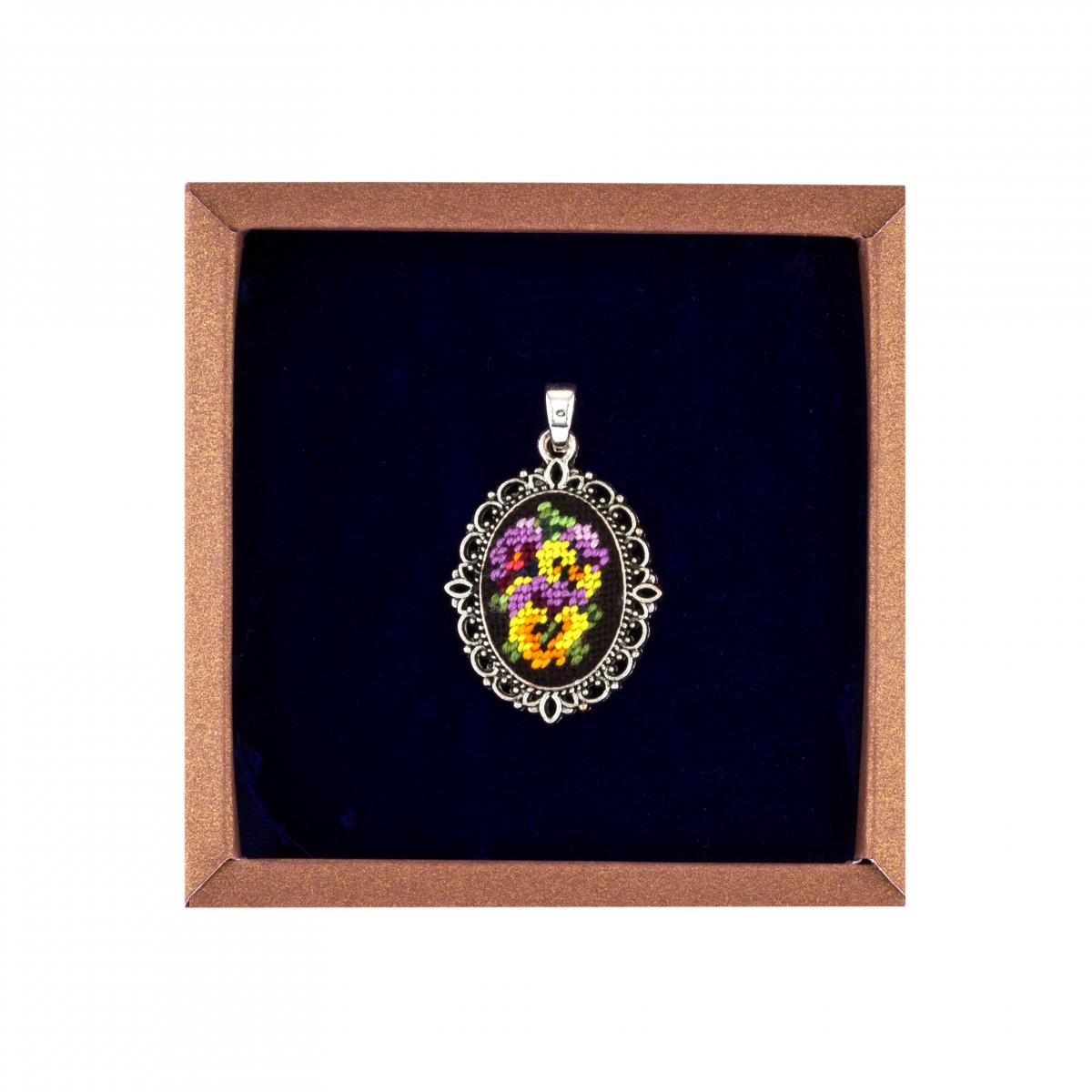 Кулон с яркими цветами в технике микровишивки. Фото №1.   Народный дом Украина