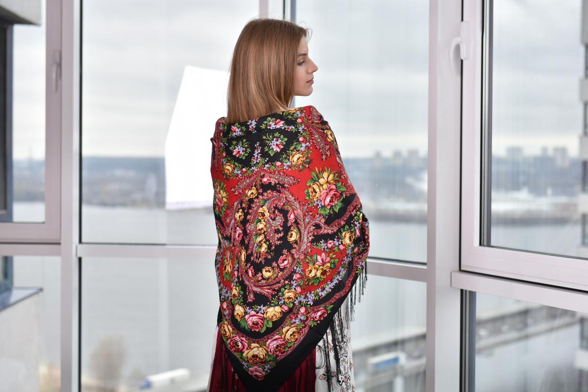 Черный платок с розовыми и желтыми розами. Фото №1. | Народный дом Украина