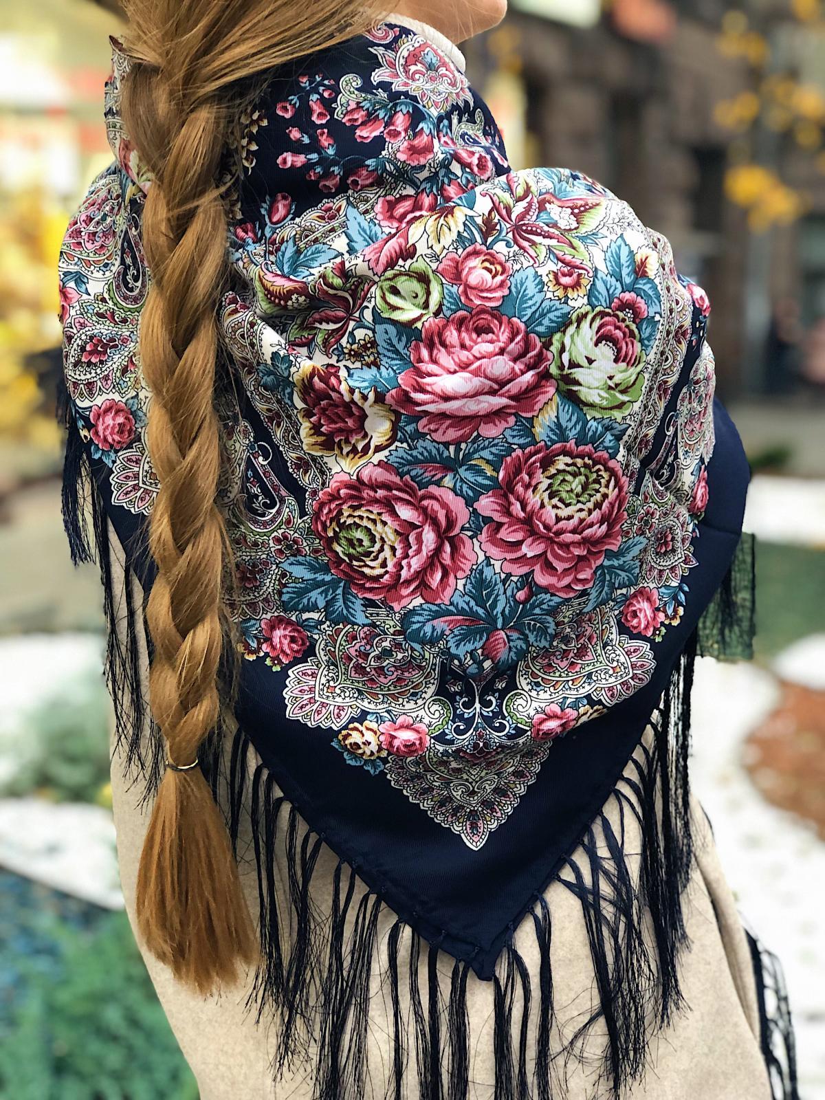 Вовняна синя хустка з рожевими квітами. Фото №3. | Народний дім Україна