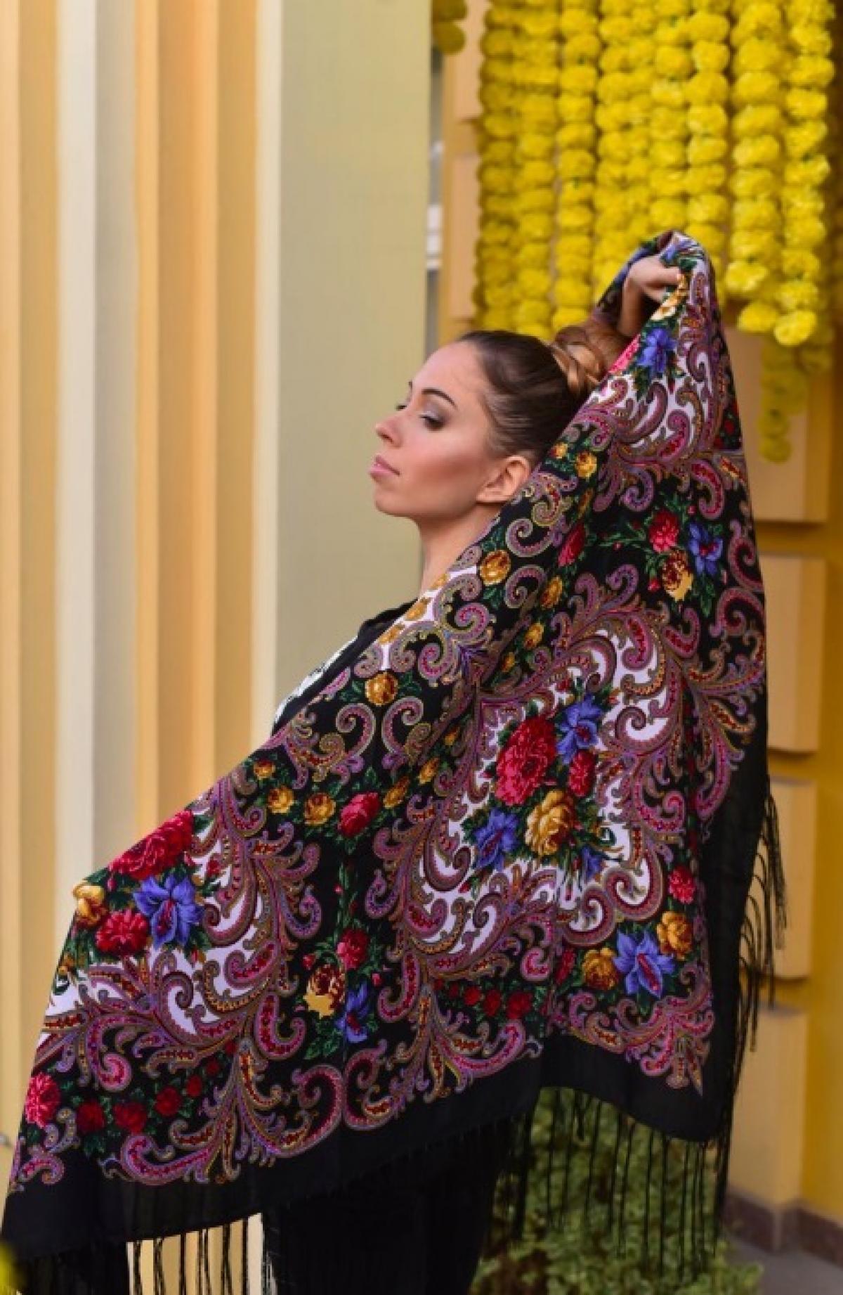 Українська хустка чорна з букетом квітів . Фото №1. | Народний дім Україна