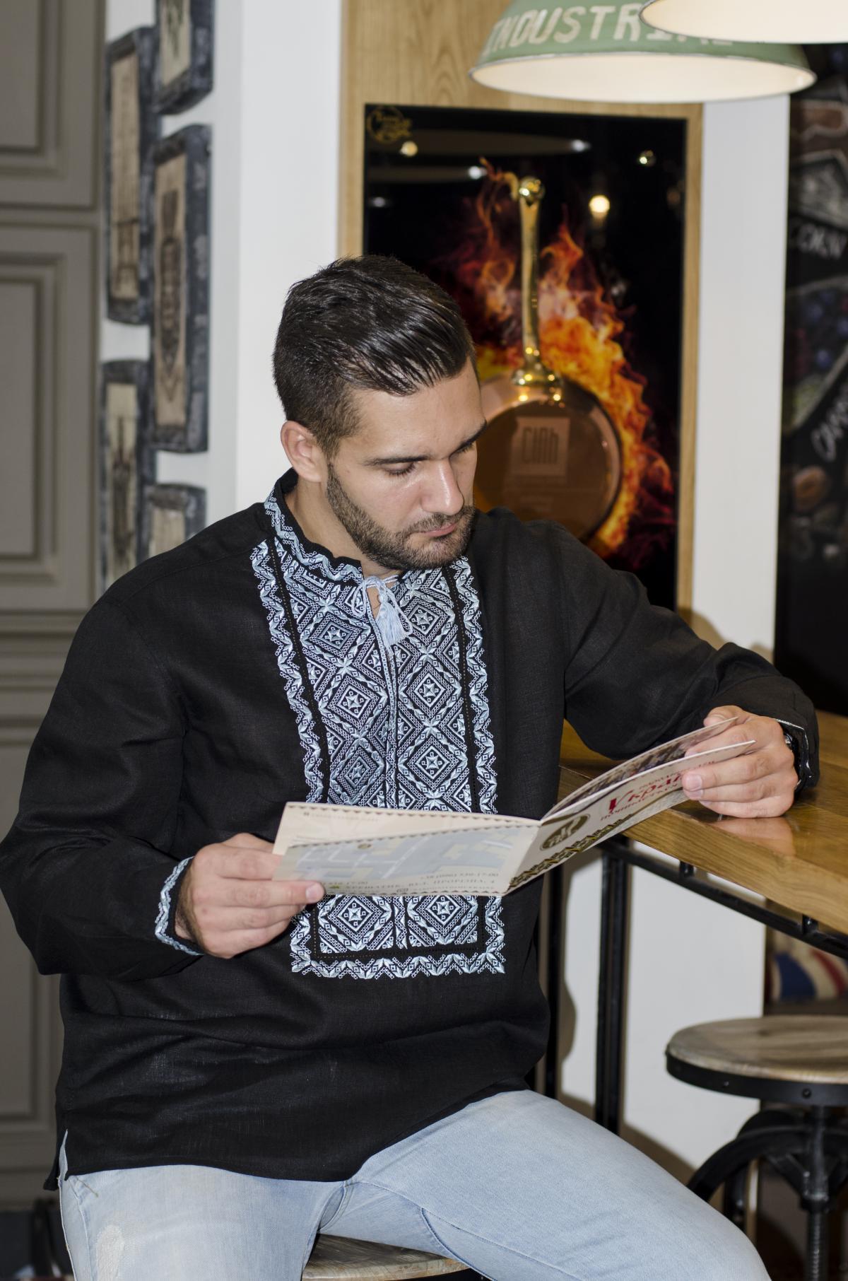 Чоловіча чорна вишиванка з голубою вишивкою . Фото №4. | Народний дім Україна