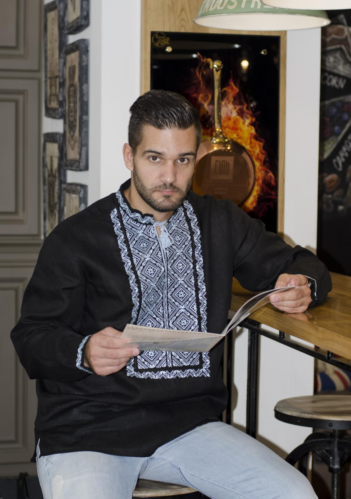 Мужская черная вышиванка с голубой вышивкой