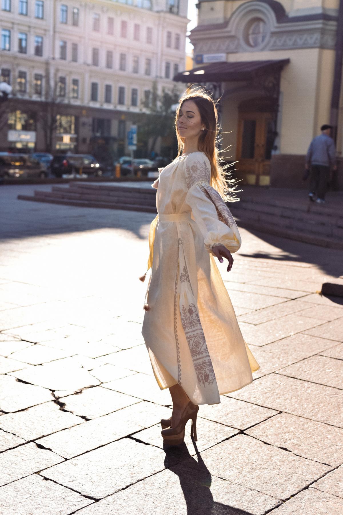 Довга бежева сукня-вишиванка з насиченою вишивкою. Фото №2. | Народний дім Україна