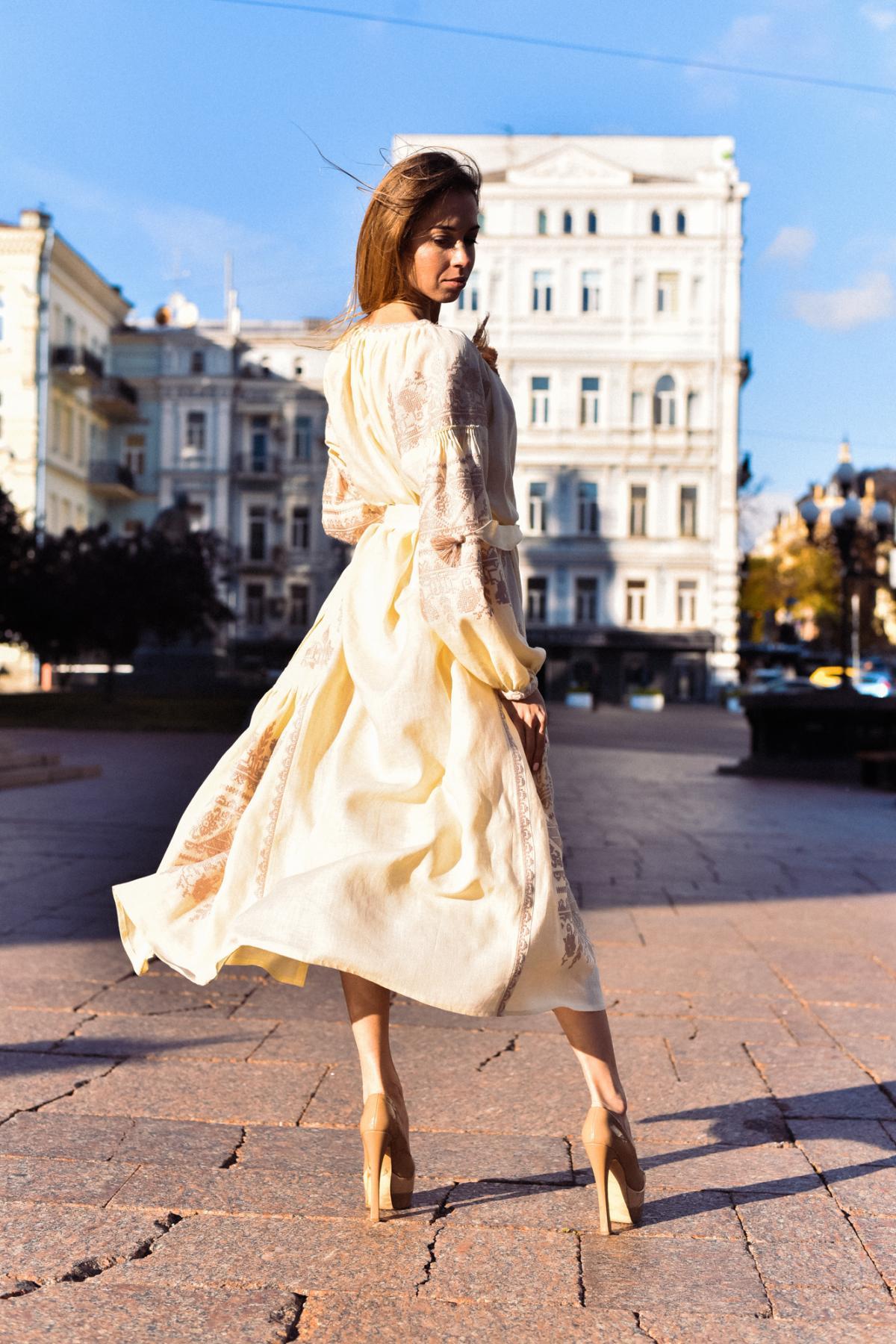 Довга бежева сукня-вишиванка з насиченою вишивкою. Фото №1. | Народний дім Україна