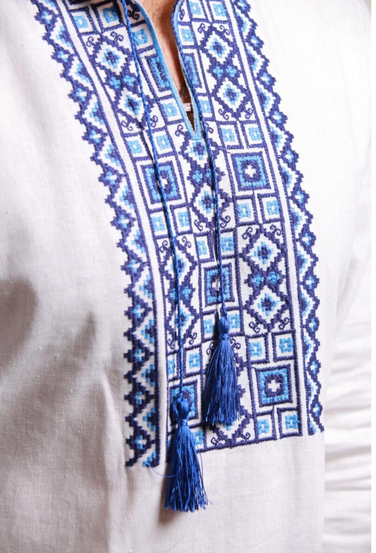 Біла чоловіча вишиванка синьою вишивкою. Фото №2. | Народний дім Україна