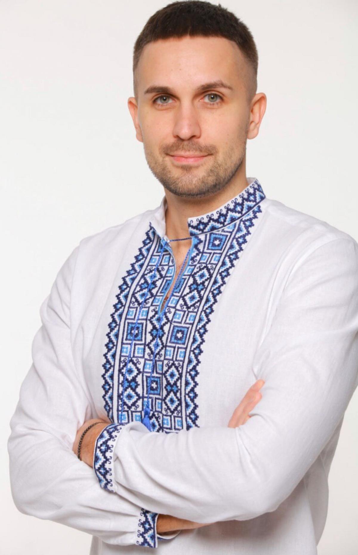 Біла чоловіча вишиванка синьою вишивкою. Фото №1. | Народний дім Україна