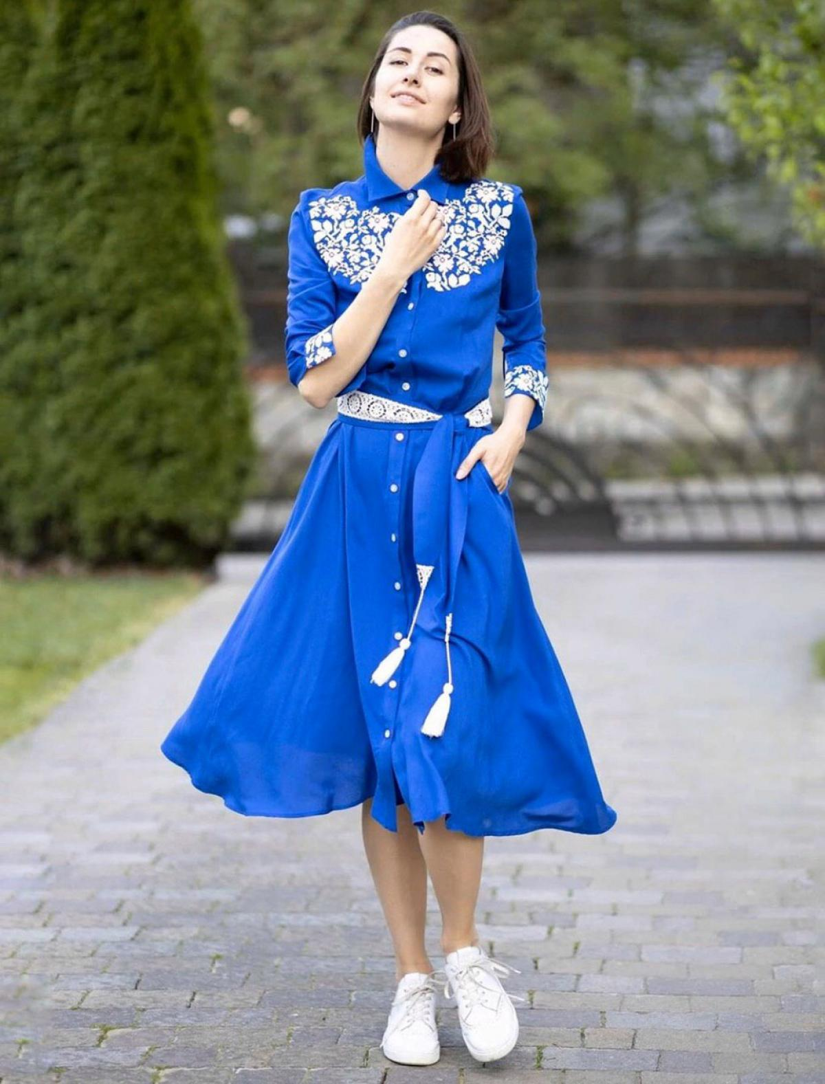 Сукня синього кольору з білою вишивкою. Фото №1. | Народний дім Україна