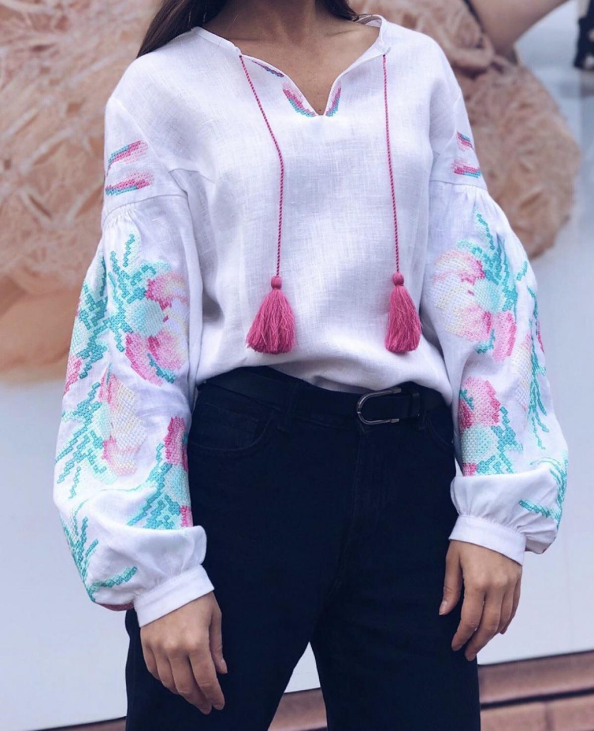 Біла жіноча вишиванка з м'ятно-рожевою вишивкою. Фото №1. | Народний дім Україна