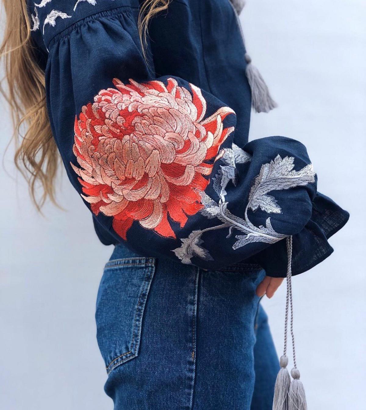 Жіноча синя вишиванка з червоною вишивкою . Фото №1. | Народний дім Україна
