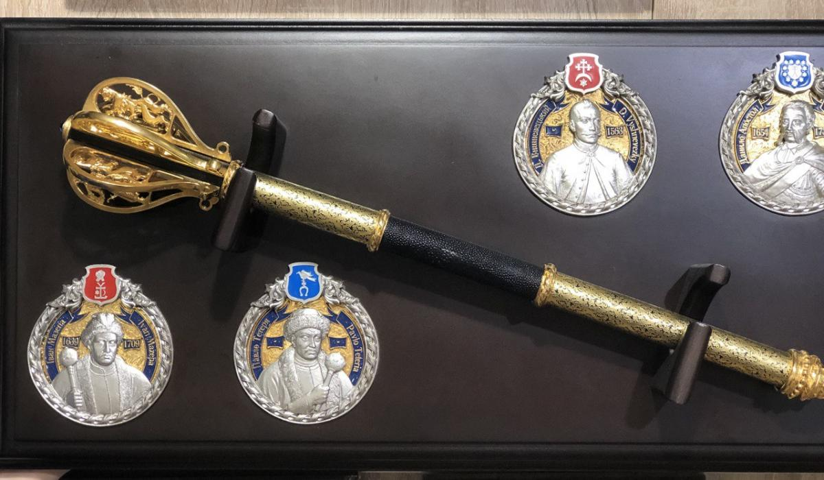 Golden Mace (pernach) in a case with hetmans of Ukraine. Photo №1. | Narodnyi dim Ukraine