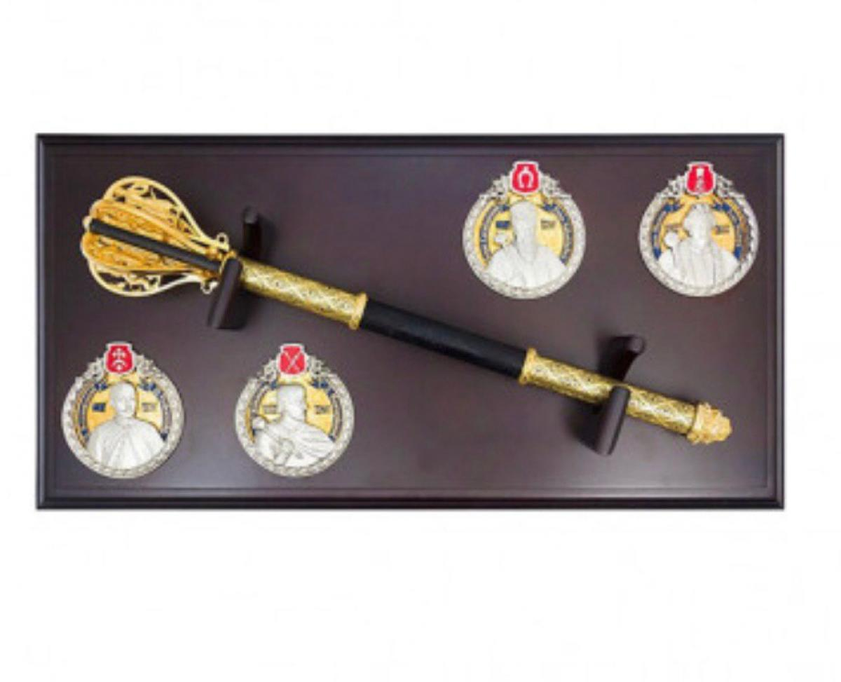 Golden Mace (pernach) in a case with hetmans of Ukraine. Photo №3. | Narodnyi dim Ukraine