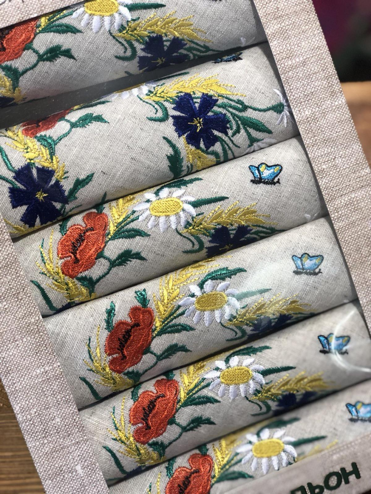 A set of linen napkins with embroidered poppies, daisies and cornflowers. Photo №2. | Narodnyi dim Ukraine