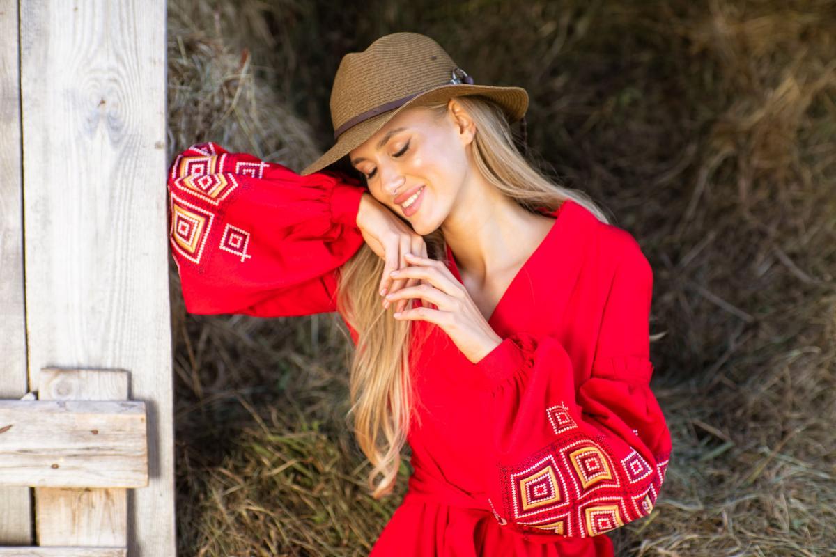 Красное длинное вышитое платье из льна. Фото №2. | Народный дом Украина