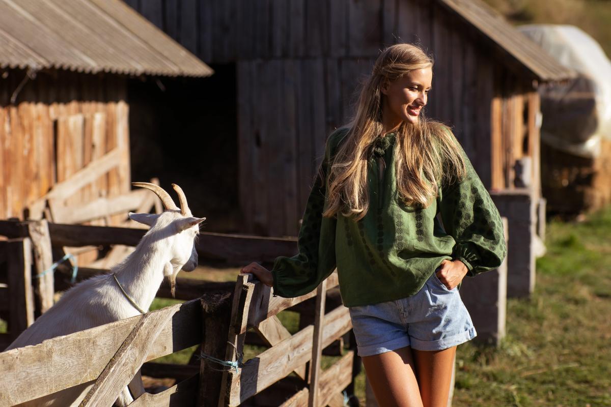 Зеленая женская дизайнерская вышивка. Фото №2. | Народный дом Украина