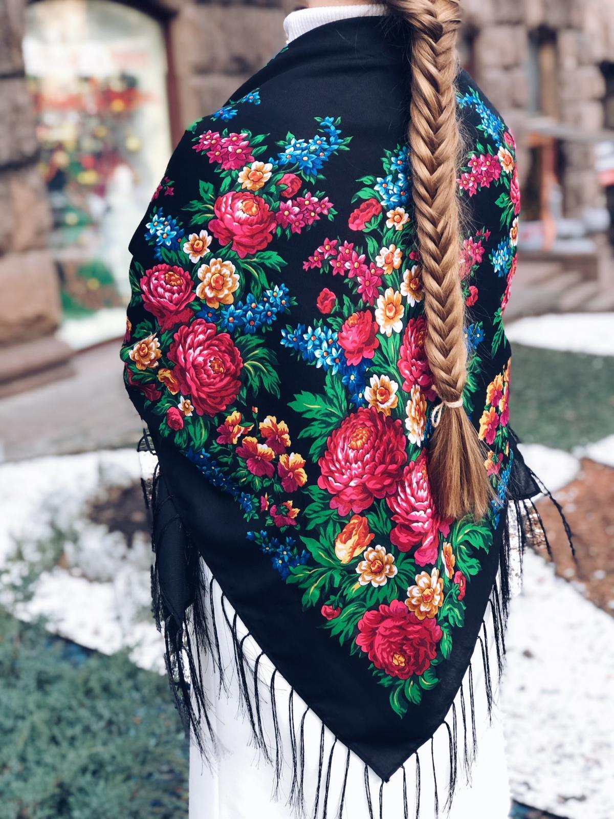 Хустка українська чорна з яскравими квітами. Фото №2. | Народний дім Україна