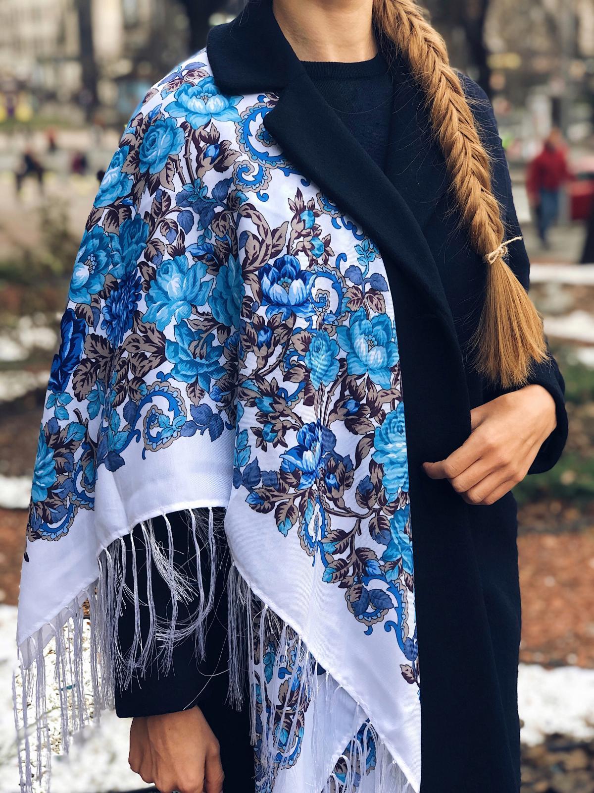 Біла хустка українська з синіми квітами. Фото №1. | Народний дім Україна