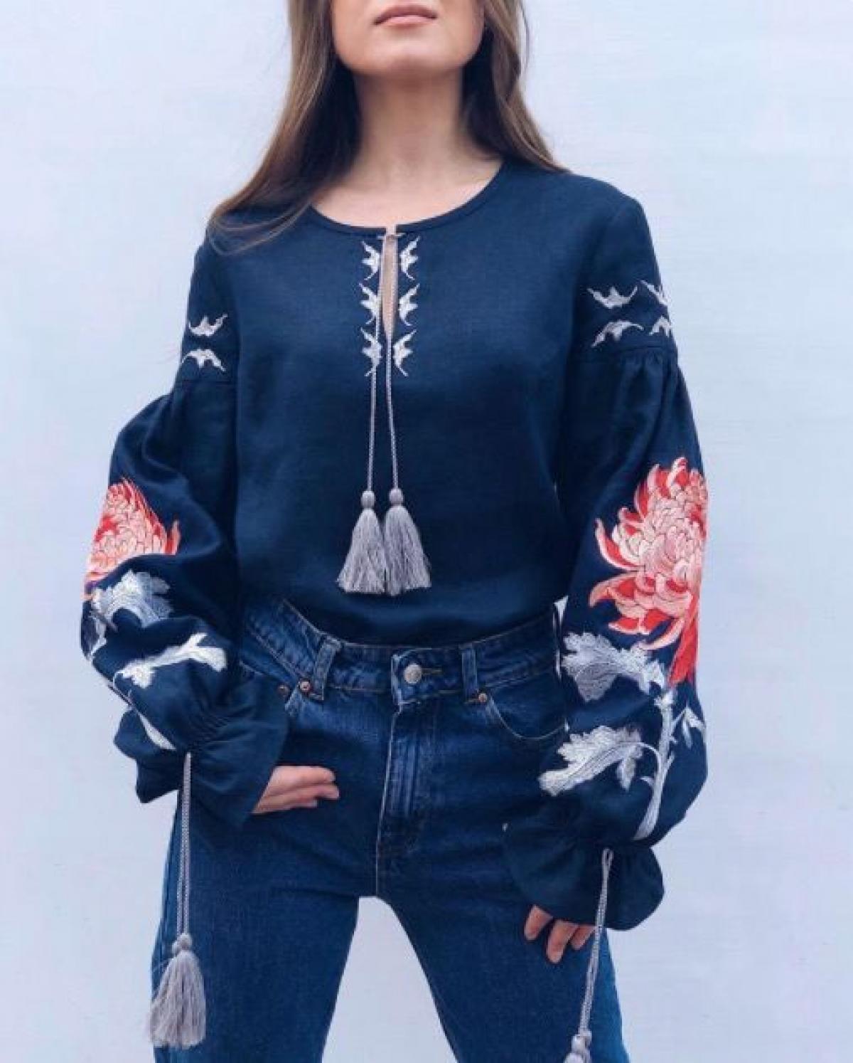 Жіноча синя вишиванка з червоною вишивкою . Фото №2. | Народний дім Україна