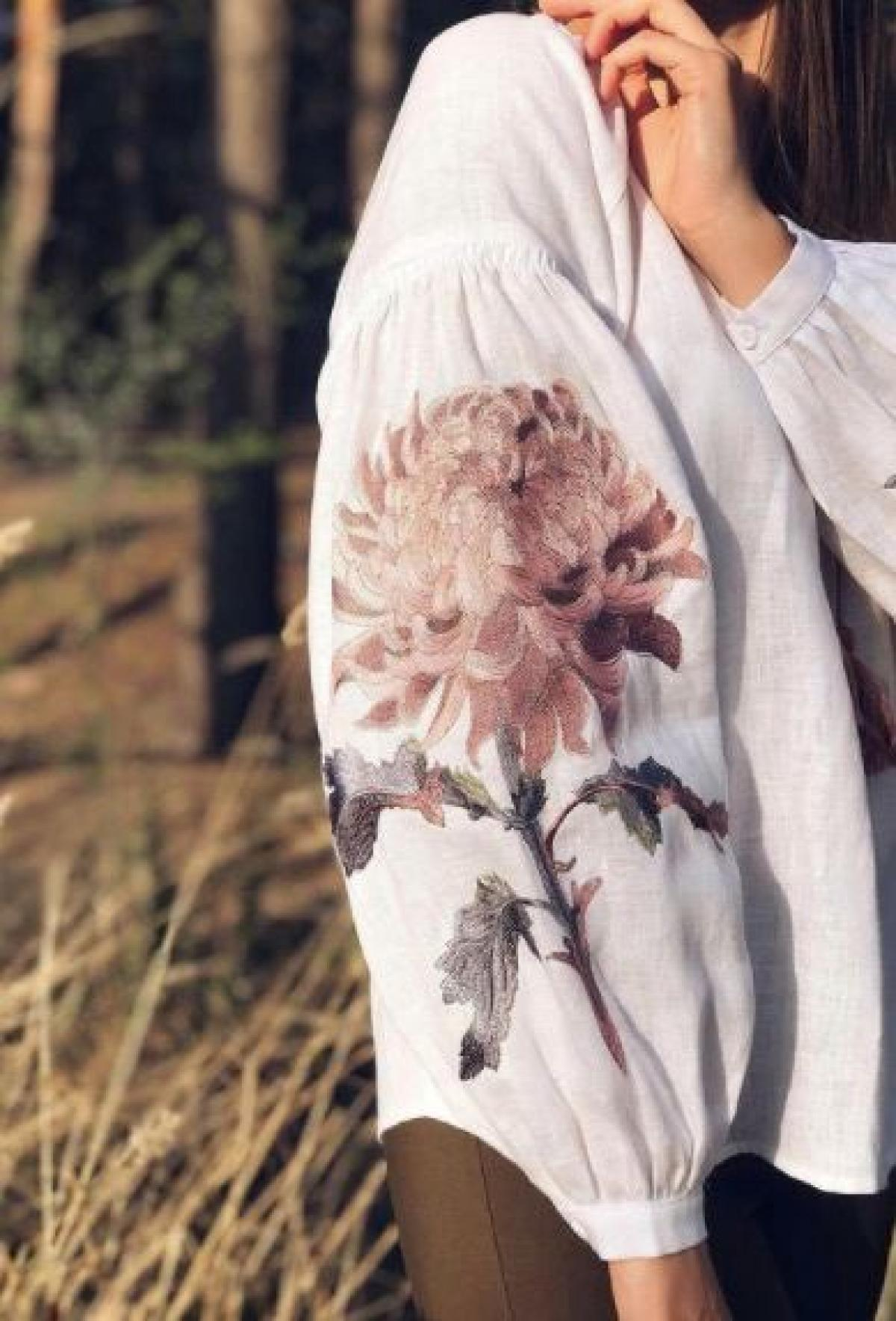 Women's white linen embroidered shirt with embroidery chrysanthemum