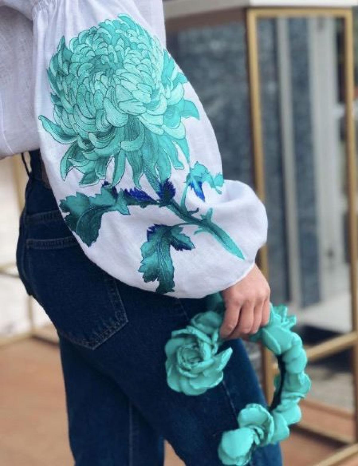 White women's embroidered shirt with embroidered chrysanthemum. Photo №1. | Narodnyi dim Ukraine