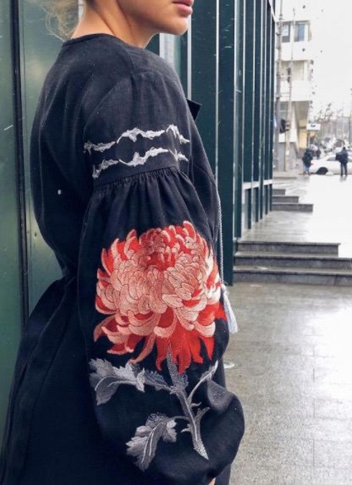 Жіноча вишита сукня синя з червоною вишивкою . Фото №3. | Народний дім Україна