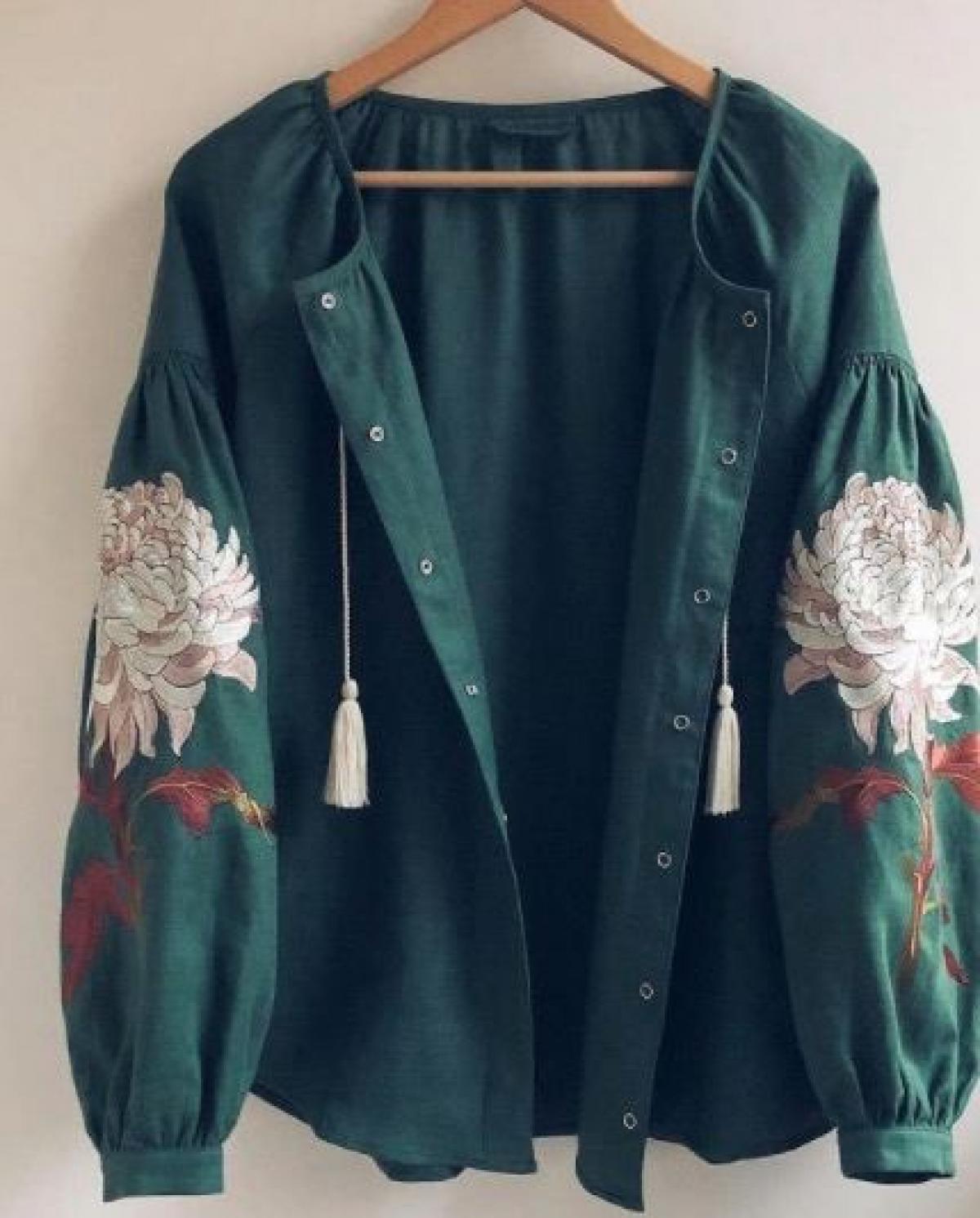 Women's green embroidered shirt with embroidered chrysanthemum. Photo №1. | Narodnyi dim Ukraine