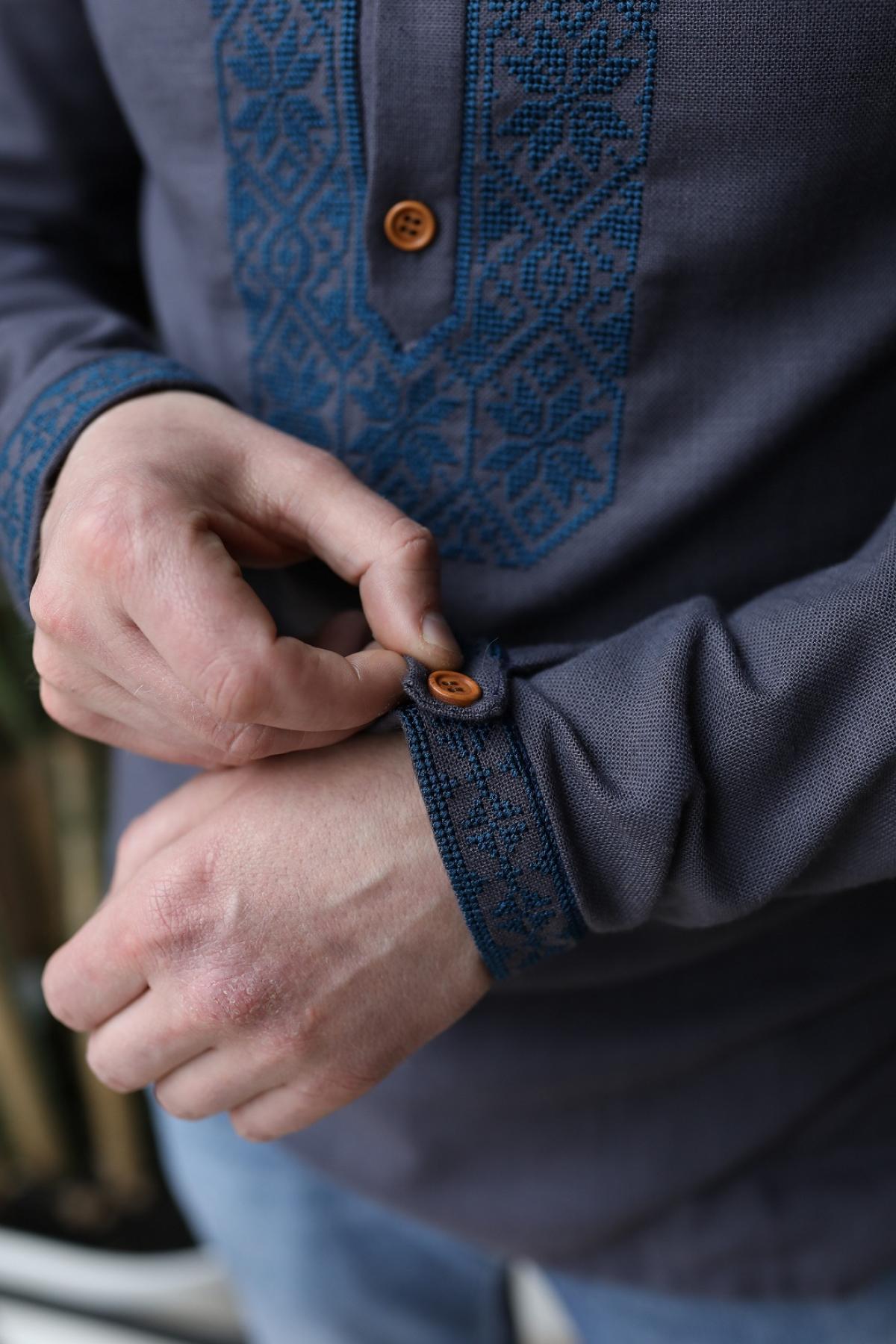 Графітова чоловіча вишиванка з синьою вишивкою . Фото №2.   Народний дім Україна