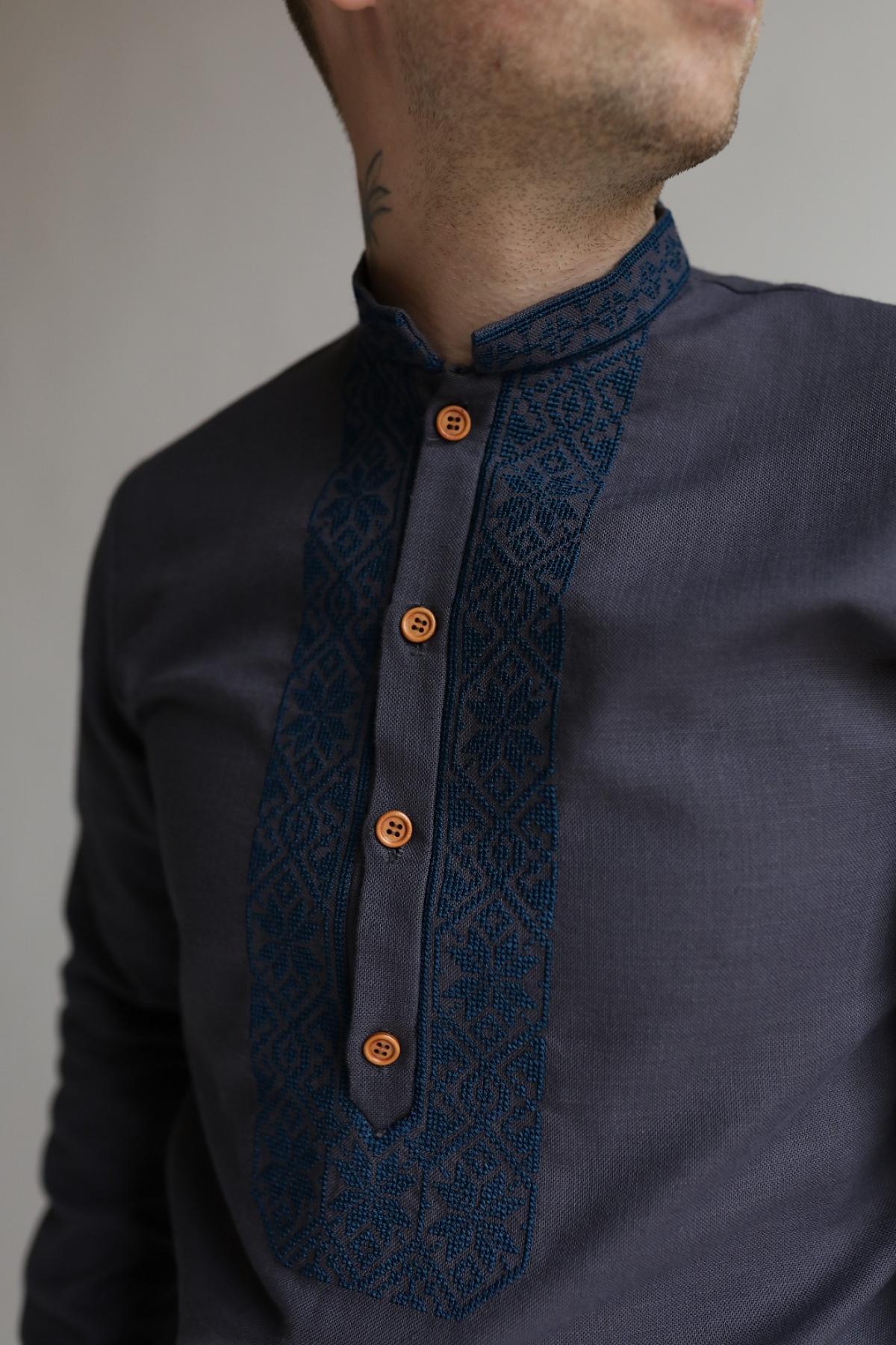 Графітова чоловіча вишиванка з синьою вишивкою . Фото №3.   Народний дім Україна